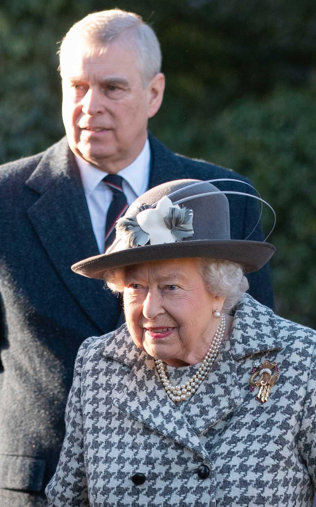 Storbritanniens drottning Elizabeth tillsammans med sin son Andrew. Bild från i januari.