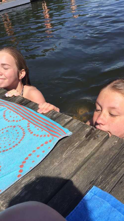 Kompisarna Nova, 14, till vänster och Ebba, 15, till höger.