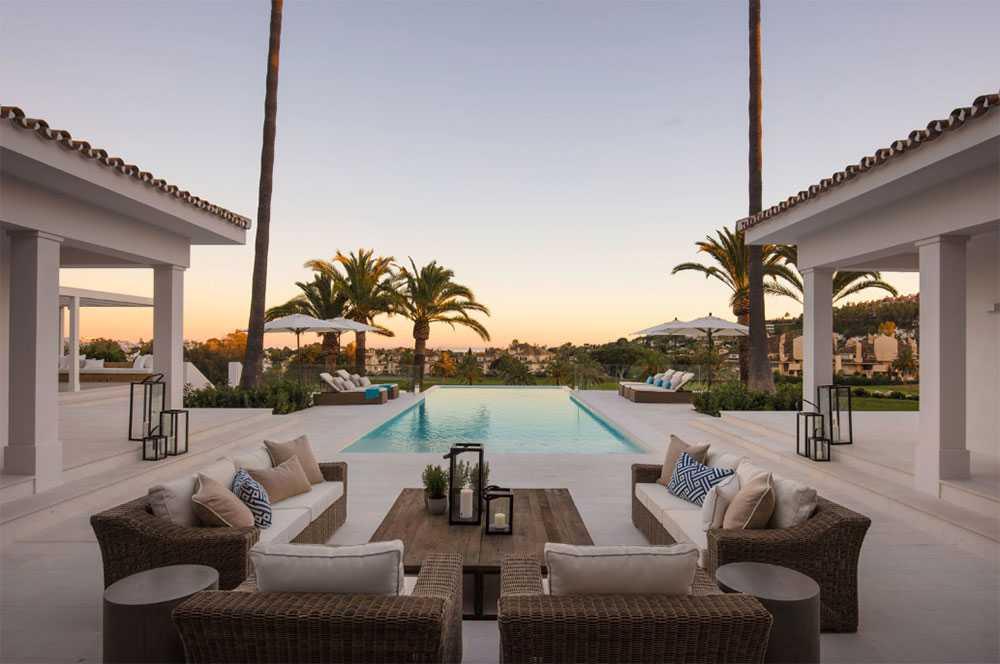 Skön terrass vid poolen.