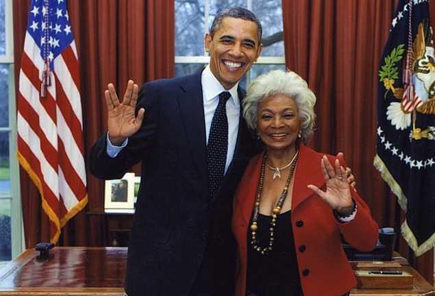 """Vulcanerna President Obama och Nichelle Nichols visar hur det görs en """"Live long and prosper""""-handhälsning på bästa sätt.   Foto: @realnichelle via Twitter"""