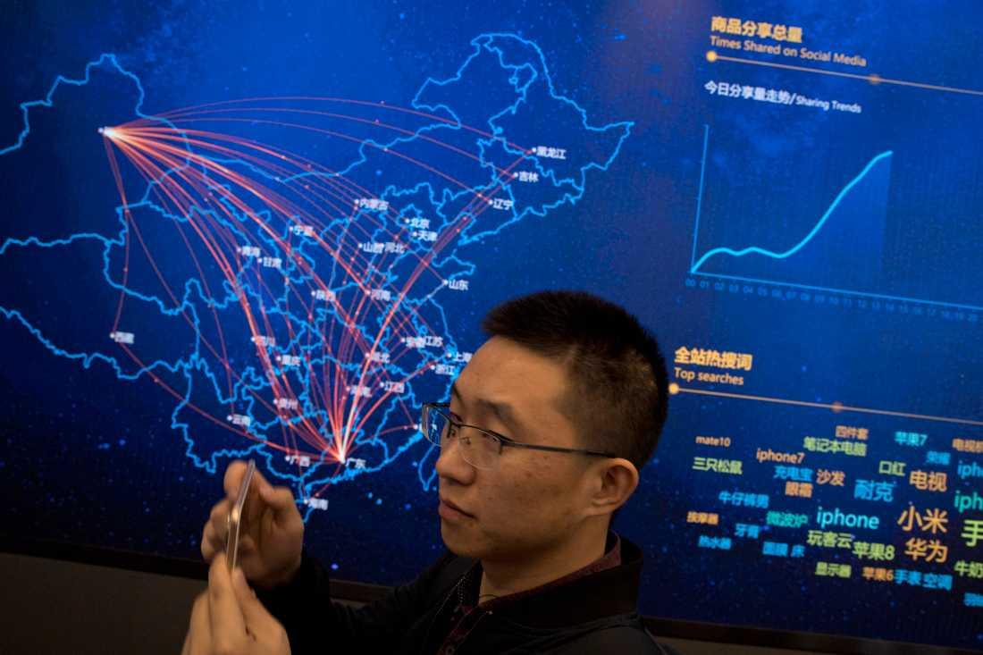 Den digitala kartan hos handelsbjässen jd.com visar leveransflödet i Kina under singeldagen (Singles Day) förra året. Arkivbild.