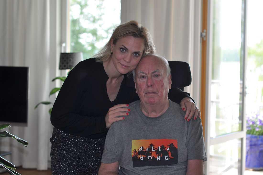 Sara Scheef tillsammans med sin ALS-sjuke pappa Anders Scheef i föräldrahemmet.