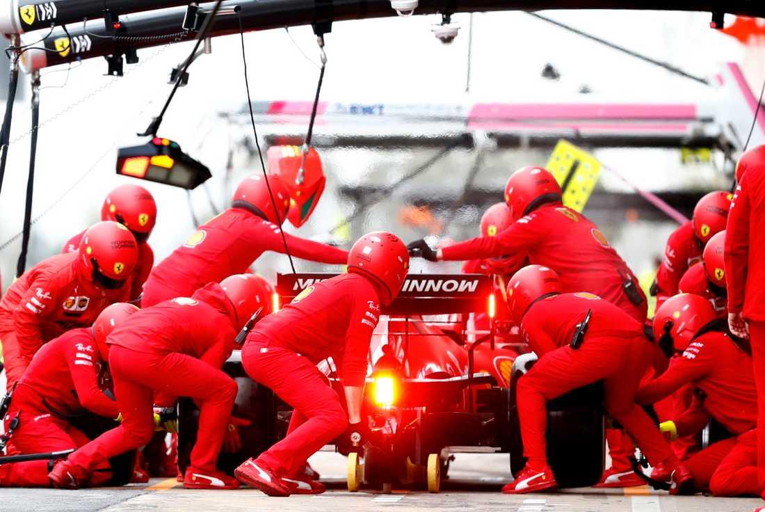 Ferrari-teamet under testerna i Barcelona.