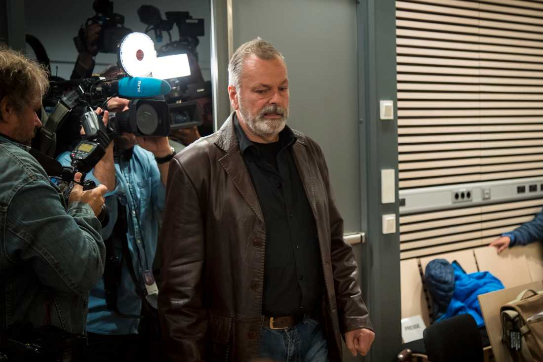 Eirik Jensen är på väg in till rättsal 250 i Oslo tingsrätt. Polismannen dömdes till 21 års fängelse för att ha hjälpt till att smuggla in nära 14 ton hasch in i landet samt för att ha tagit mot mutor på över 2 miljonor norska kronor.