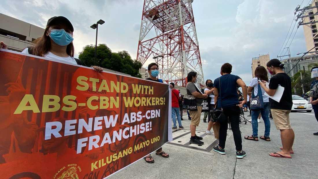 ABS-CBS propagerade utanför parlamentet för att få fortsatt sändningsrätt.