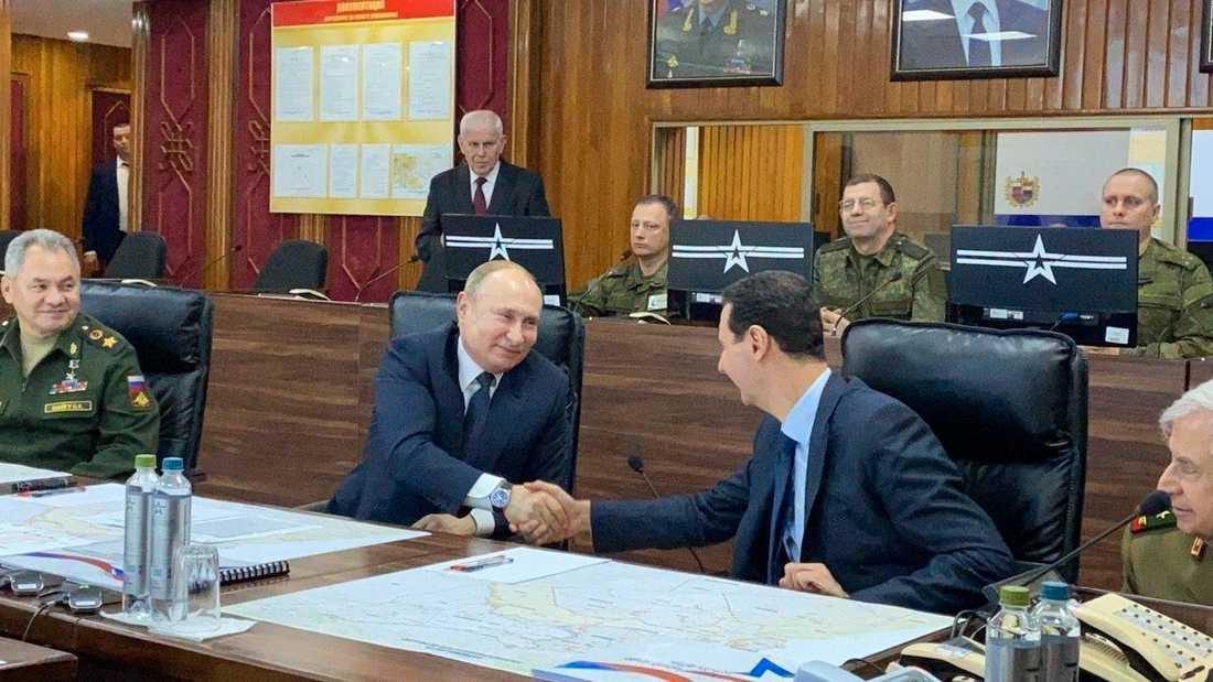 Rysslands president Vladimir Putin, i mitten, mötte Syriens president Bashar al-Assad, till höger, under ett överraskningsbesök i den syriska huvudstaden Damaskus på tisdagen.