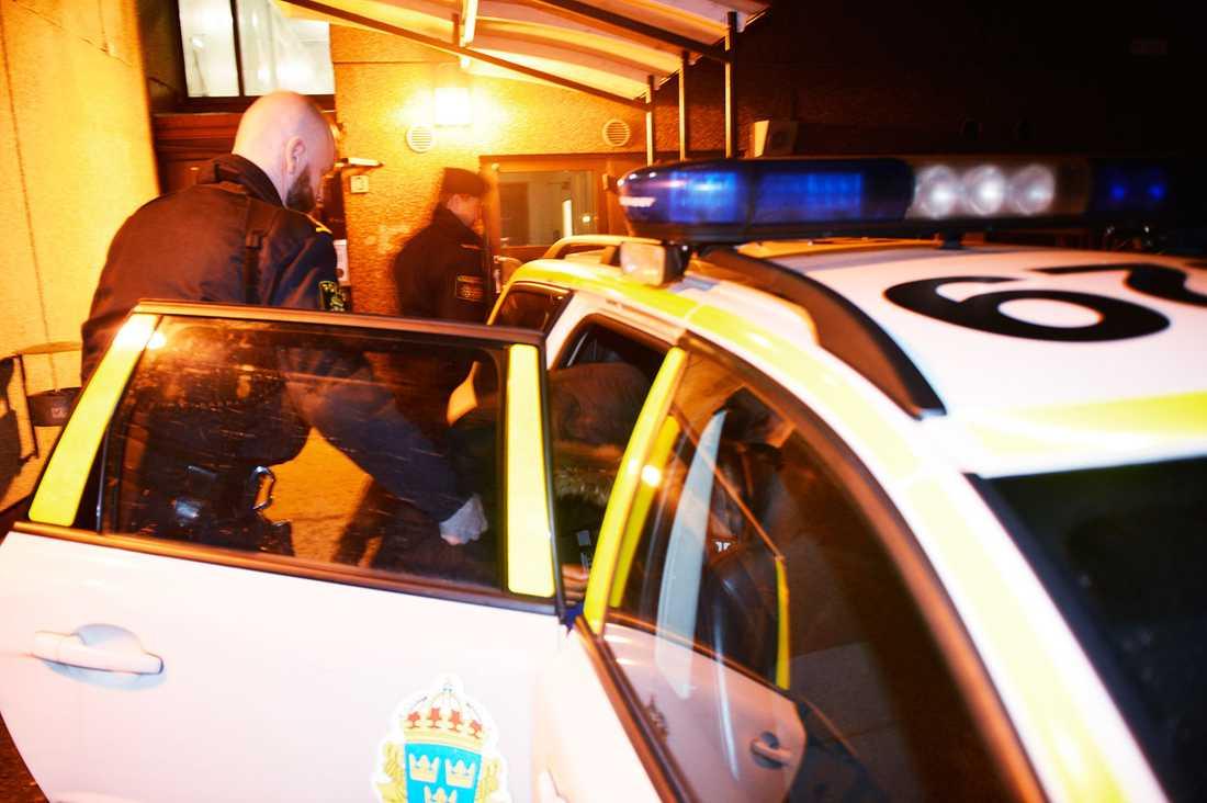 Polisen för med sig den 21-åriga kvinnan.
