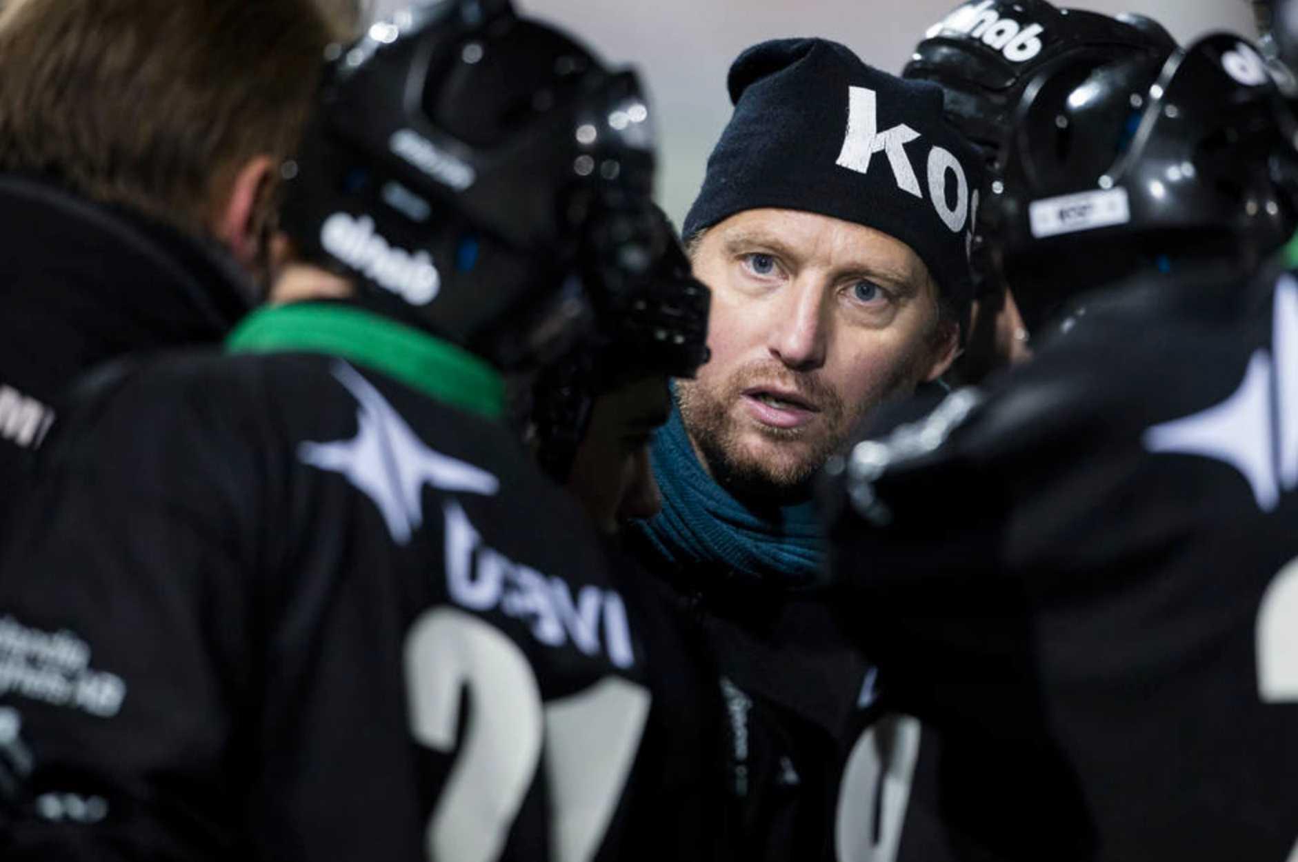 GAIS tränare Jonas Holgersson under Time Out under bandymatchen i Elitserien mellan GAIS - Vetlanda den 26 november 2013 i Göteborg.