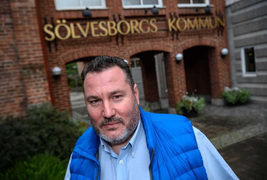 Lokalpolitikern Robert Manea (KD) har medverkat till Samstyrets handlingsprogram. Här utanför stadshuset i Sölvesborg.