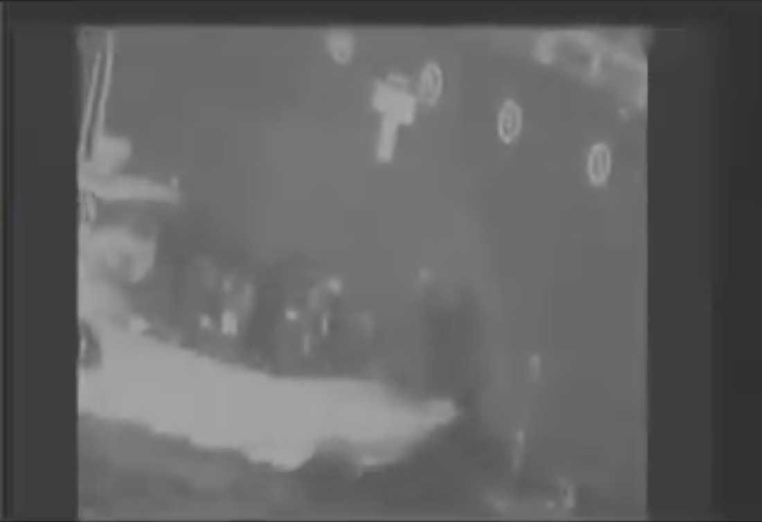 En stillbild ur en video USA släppt sägs visa när Iranska revolutionsgardet plockar bort en mina som inte detonerat från en av oljetankrarna i Hormuzsundet.