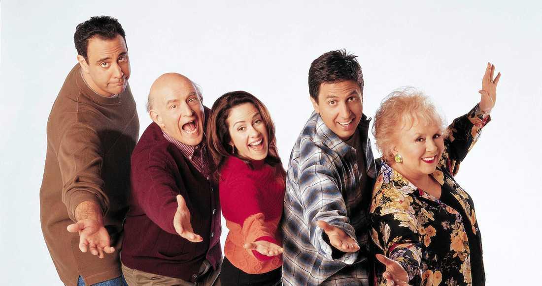 """Brad Garrett, Peter Boyle, Patricia Heaton, Ray Romano och Doris Roberts i """"Alla älskar Raymond""""."""