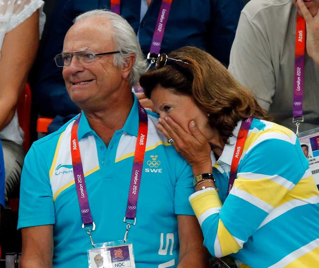 Spännande med sport. Kung Carl Gustaf och drottning Silvia på sommar-OS i London 2012. Arkivbild.