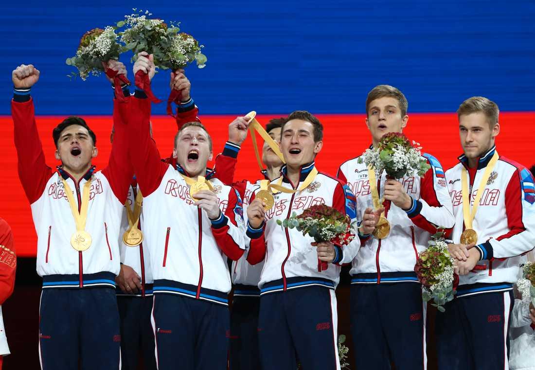 Rysslands lag jublar över sin historiska guldmedalj i lagtävlingen.