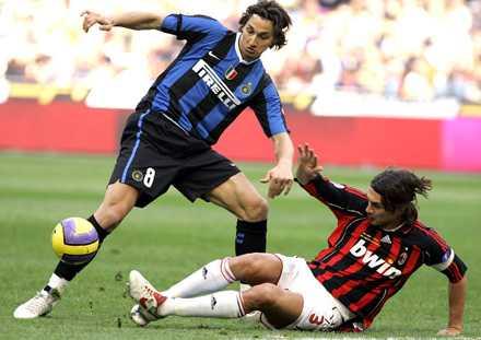 Paolo Maldini och Zlatan Ibrahimovic i närkamp.