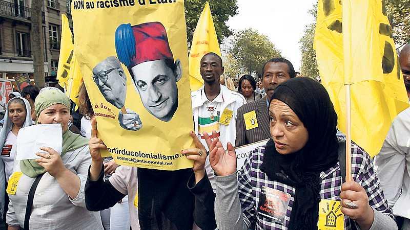 Paris protesterar I går genomfördes stora demonstrationer runt om i Europa för romernas sak. Här en bild från Paris där president Sarkozy anklagas för rasism på plakaten.