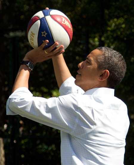 Precis som förra valet så kopplade Barack Obama av med basket i dag. Bilden är tagen vid ett tidigare tillfälle.