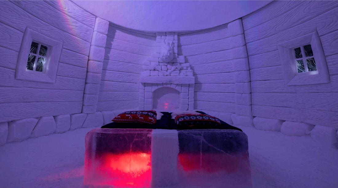 Besökarna på Snowhotel Kirkenes sover i −4 graders kyla.