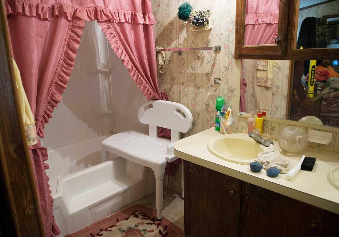 """Förr kunde Sandra ta sig ett bad i badkaret. """"Nu får jag sitta på en stol och duscha av mig. Jag är så tung att jag knappt orkar bära mig själv"""", säger hon."""
