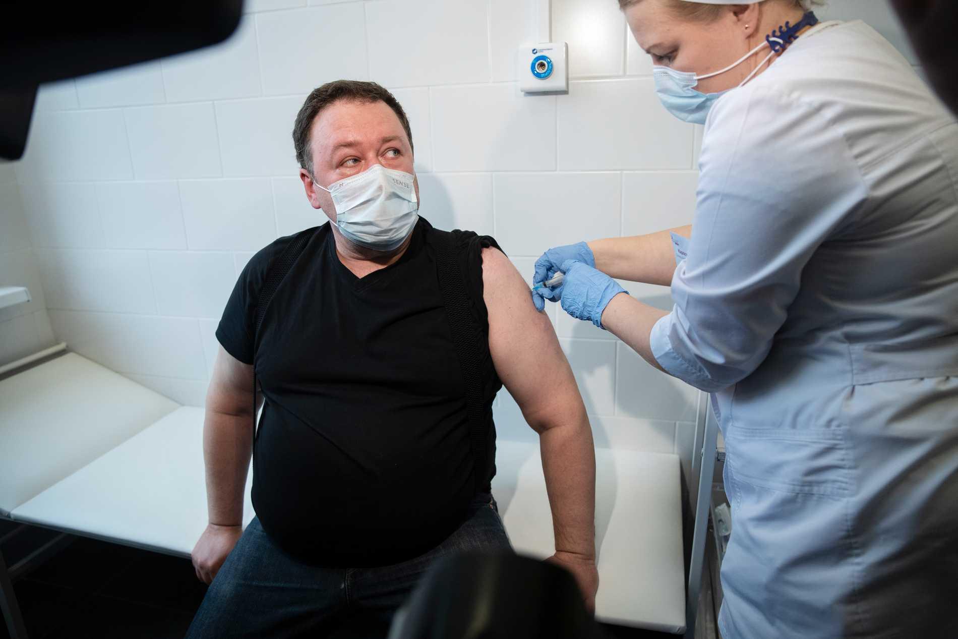En man får en dos vaccin i Moskva. Bilden är från den 27 april.