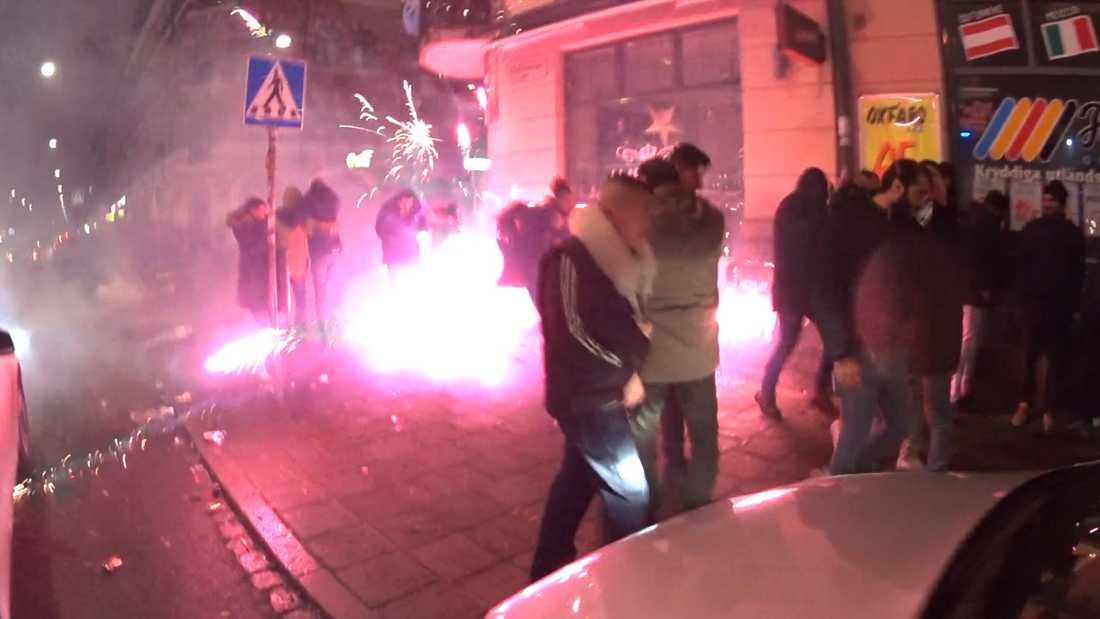 Stökigt på Möllevångstorget i Malmö under nyårsfirandet. Raketer skjuts rakt in bland nyårsfirande människor.