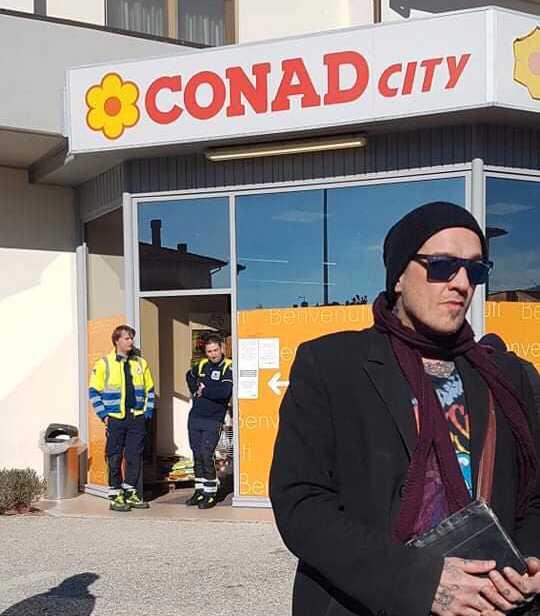 """Vakter och polis håller koll på att det inte är för många i affären samtidigt. """"Italienarna kan ibland hålla på med lite civil olydnad, men det är inte läge för det nu"""", säger Thomas Silver."""