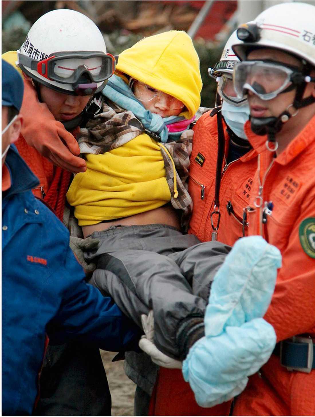 desperata rop på hjälp Jin Abe, 16, lyckades ta sig upp på det raserade husets tak och ropade desperat på hjälp.  Han upptäcktes till slut av en helikopter. Jin lyckades också hämta lite yoghurt i kylskåpet som de livnärde sig på.