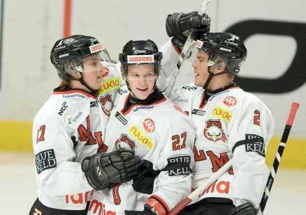 Carl Söderberg (i mitten) var regissören bakom Malmös klara seger mot Djurgården.