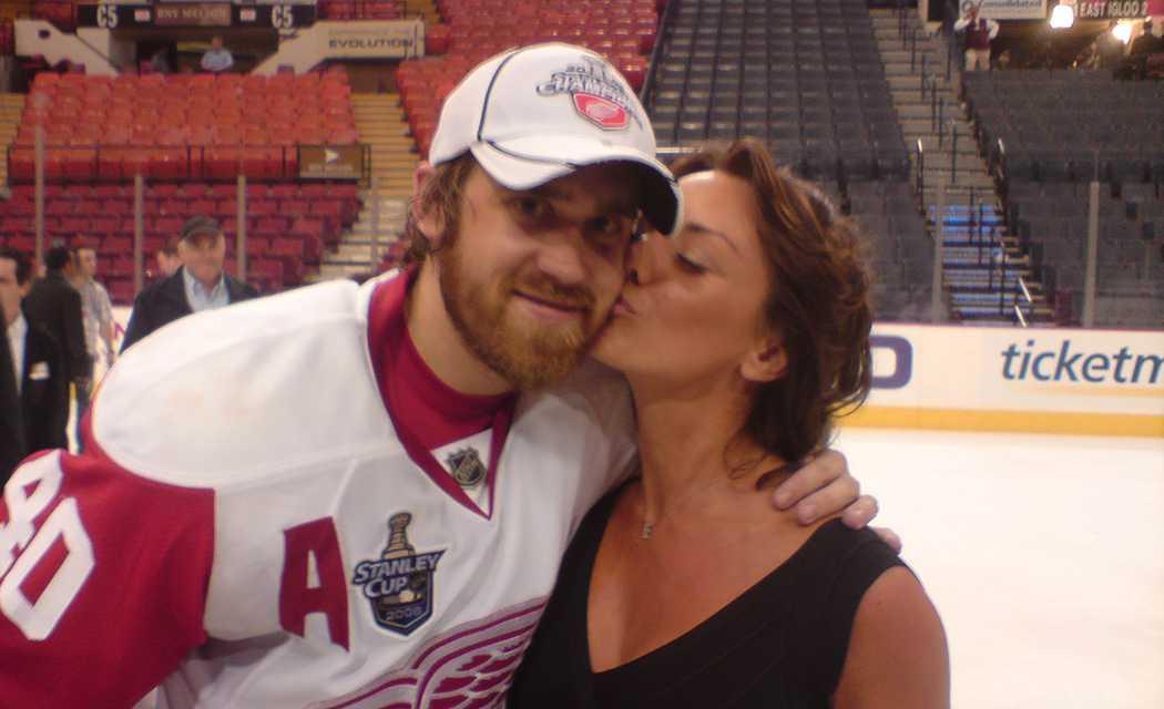 Henrik och Emma Zetterberg på isen efter Stanley Cup-titeln 2008.