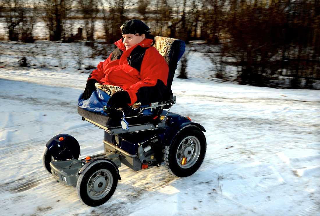 Används för lite. Mona Landgren använder sin rullstol för lite enligt Region Skåne –nu blir hon av med den.