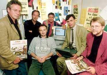 Den 25 augusti 1994 föddes aftonbladet.se. Här är gänget som gjorde det: (fr v) Håkan Jaensson och Anders Paulrud från Aftonbladets kulturredaktion, Mark Comerford från JMK, Bo Hedin från Aftonbladet, Aftonbladets vd Gunnar Strömblad och Thorbjörn Lindskog, JMK. Alla trängde de in sig i Mark Comerfords stekheta arbetsrum på JMK för att närvara när den första sajten lades ut.
