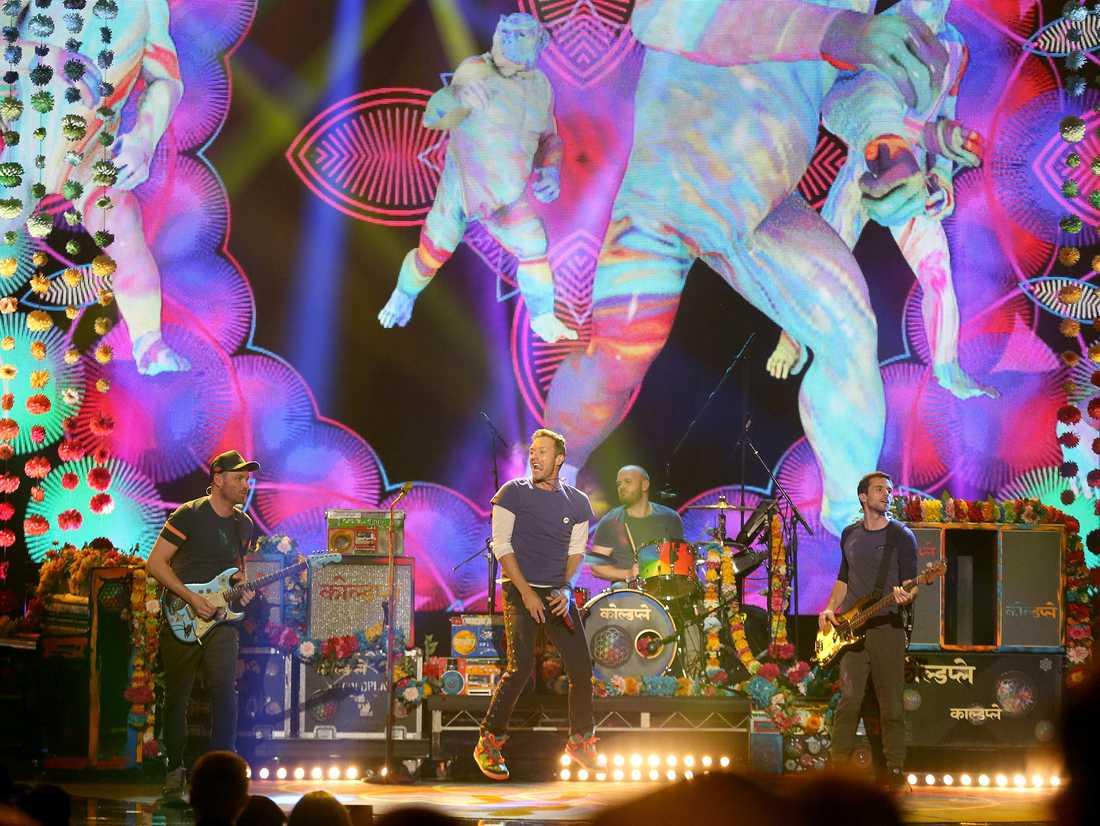 Coldplay spelar på American music awards 2015. Från vänster Jonny Buckland, Chris Martin, Will Champion och Guy Berryman.