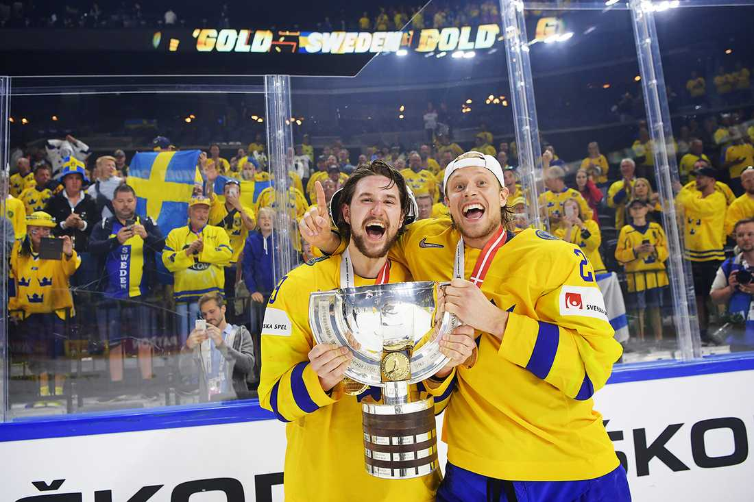 Filip Forsberg och Jacob De La Rose firar VM-guldet