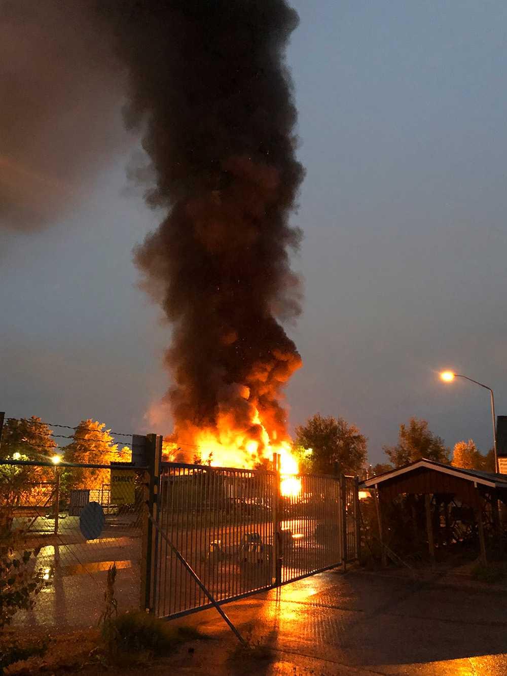Kraftig brand och rökutveckling efter explosionen.