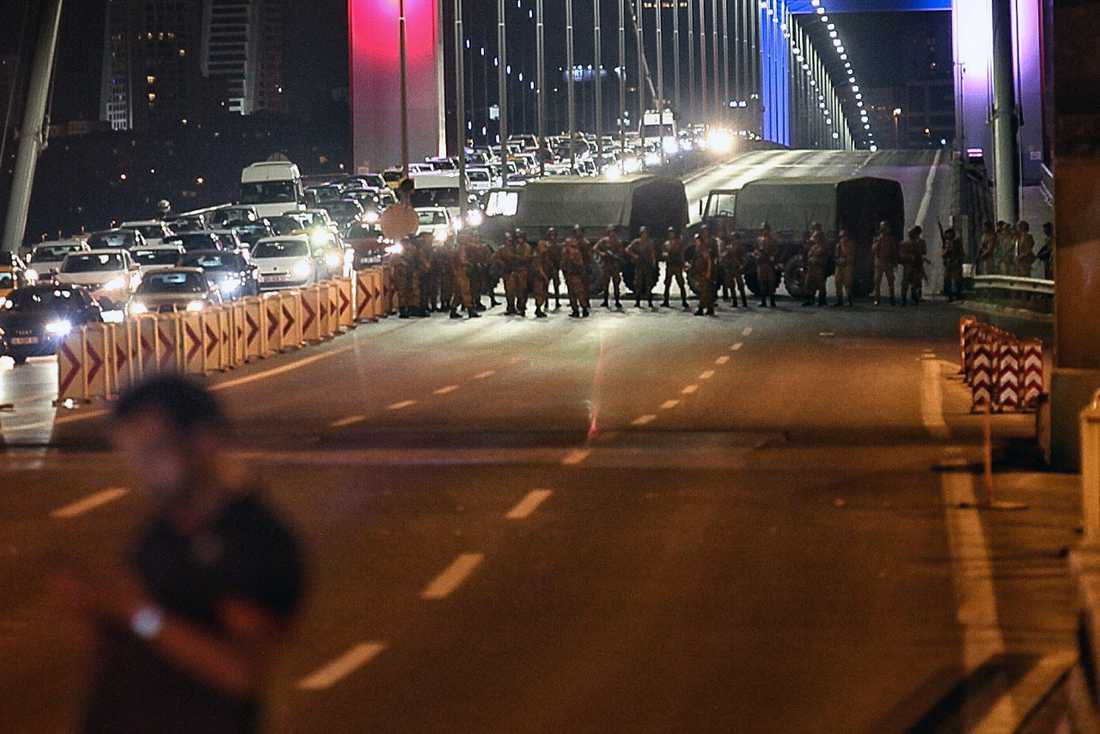 Militären blockerar broarna i Istanbul.