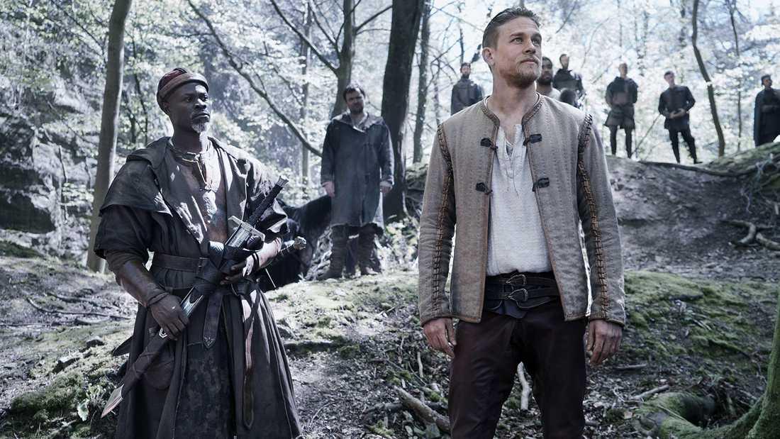 "Charlie Hunnam och Djimon Hounsou i ""King Arthur: Legend of the sword""."