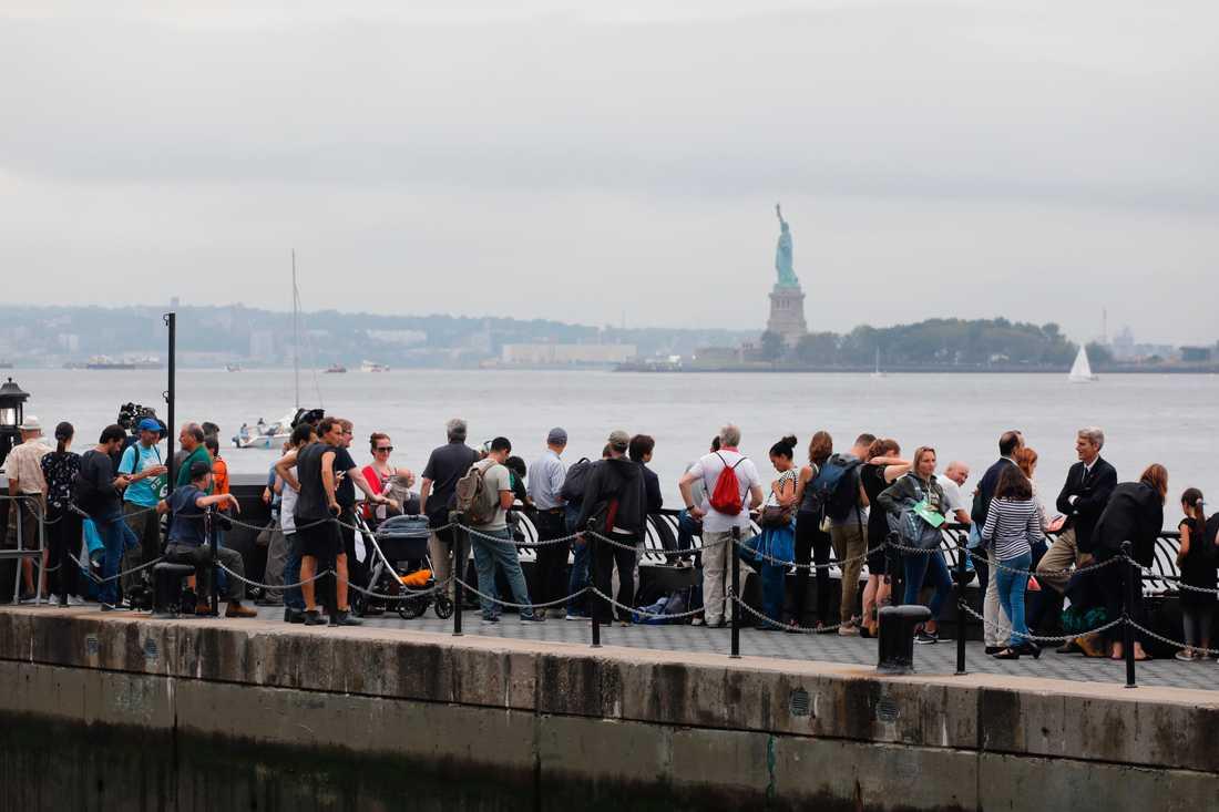 Människor väntar på Greta Thunberg.