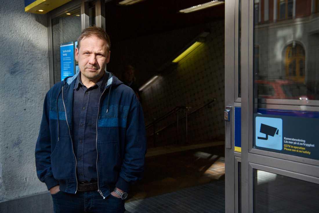 """På bara några år har kartan över Sveriges gäng ritats om. """"Genomsnittsåldern har sjunkit drastiskt och man meriterar sig in genom att begå extremt våld. Det är gangsteridentiteten framför allt"""", säger författaren och kriminalreportern Lasse Wierup."""