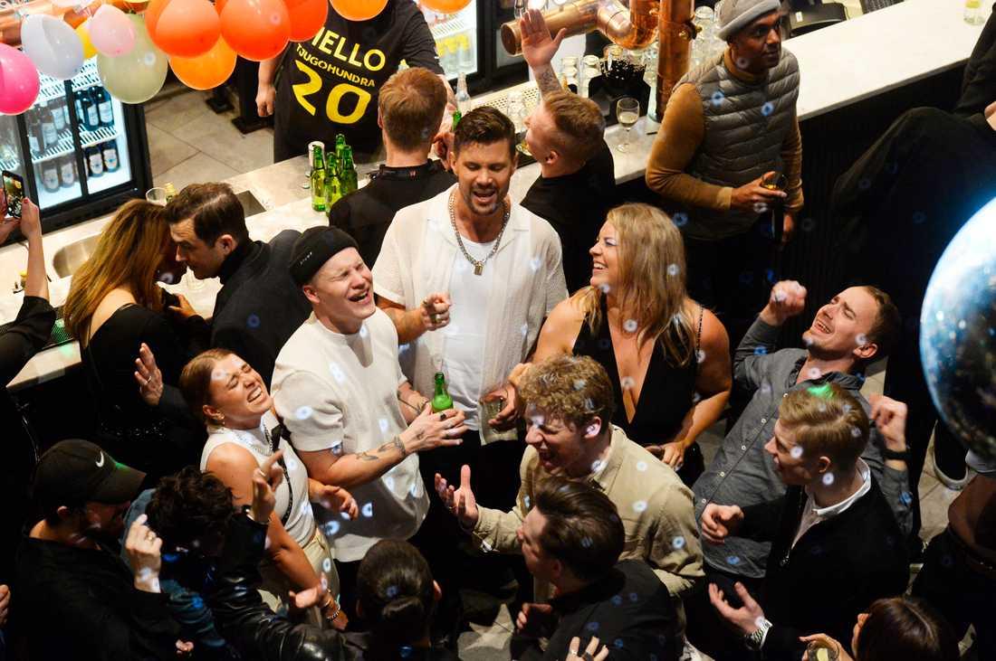 Robin Bengtsson i centrum på efterfesten