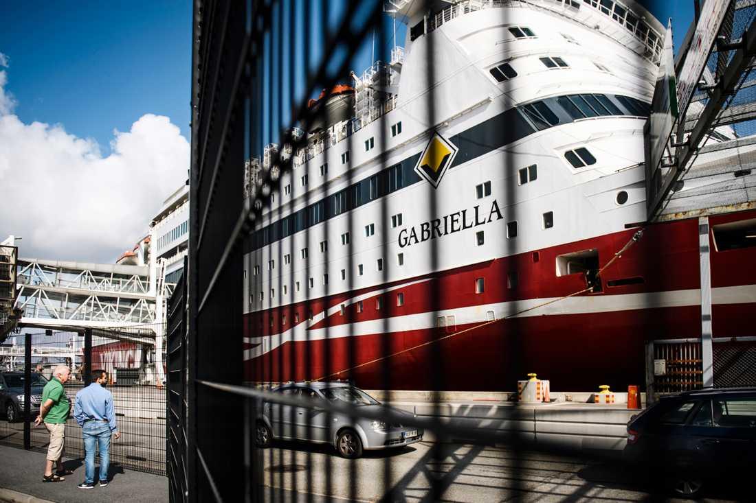 Till färjeterminalen vid Stadsgården i Stockholm anländer det dagligen stora gäng färjeresenärer.