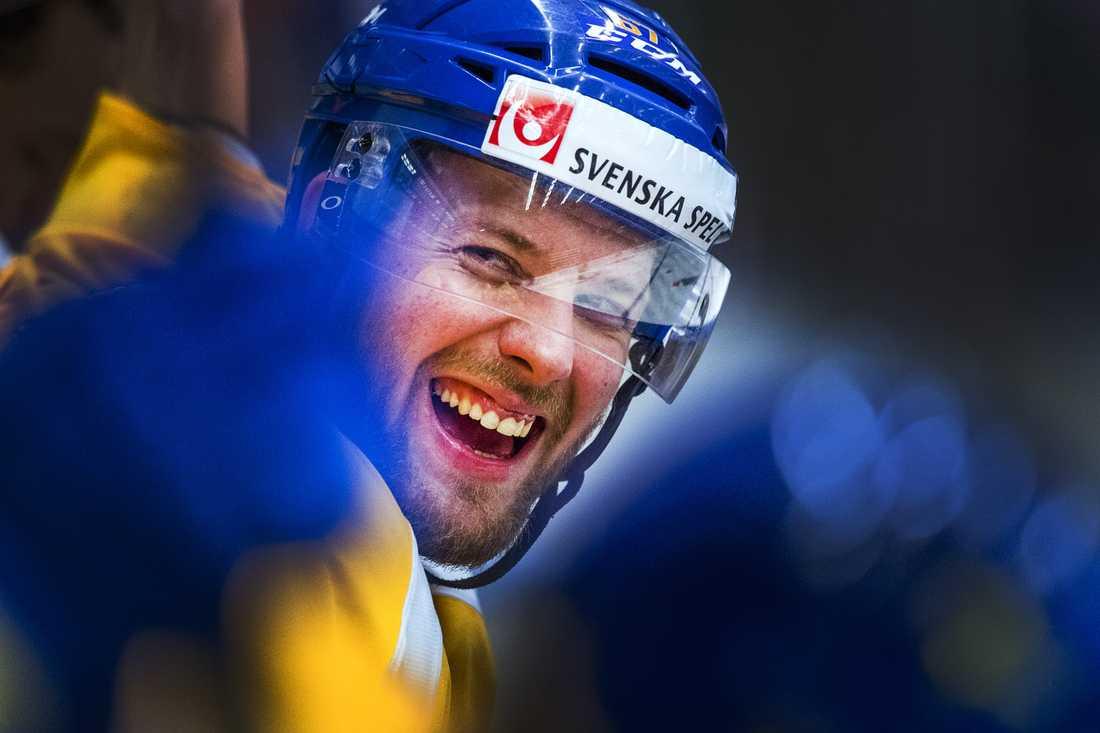 Linus Omark klev in i buren under KHL:s all star-match.