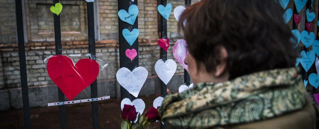 Blommor och pappershjärtan sattes upp på grindarna till synagogan i Göteborg efter brandattacken i december 2017.