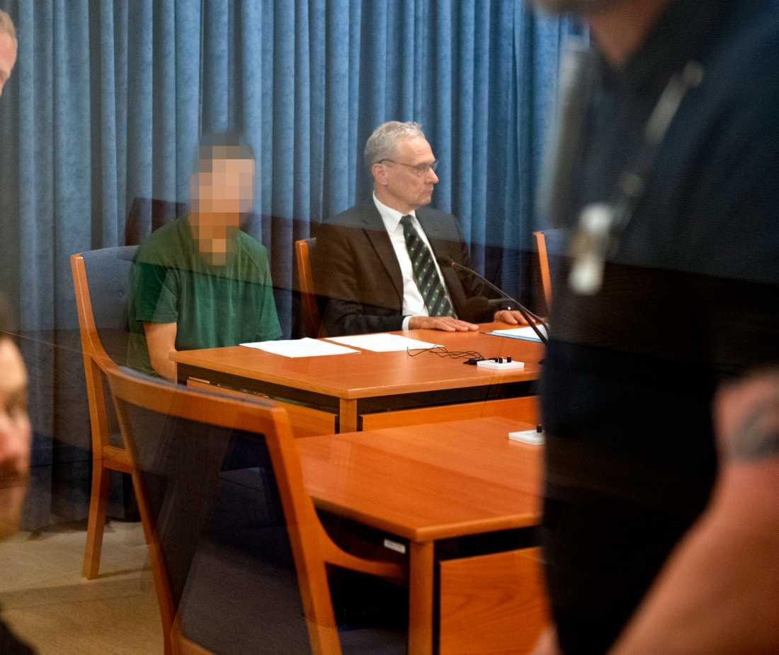 Den misstänkte med sin försvarare Anders Olsson