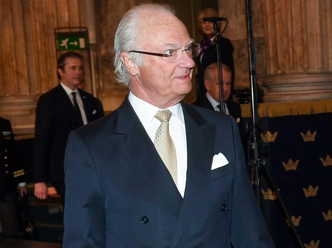 """Kung Carl Gustaf  anländer till  jubileumskonsert """"Klingande akademi – Bernadotterna och musiken"""" på torsdagskvällen."""