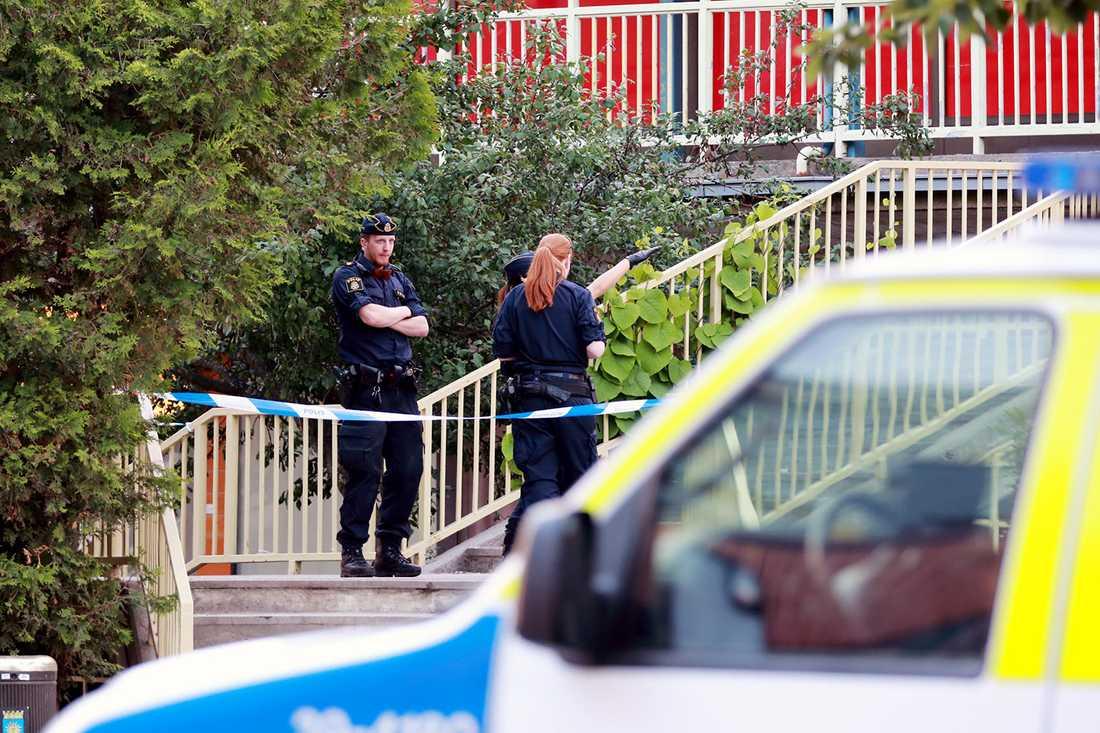 Polisen har spärrat av platsen.