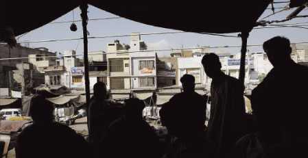 """göms i """"safe houses"""" Svenskarna misstänks för terrorbrott i Pakistan och hålls nu åtskilda i hemliga säkerhetsfängelser i och utanför Islamabad–så kallade """"safehouses"""" –som oftast är gömda i vanliga bostadsområden."""