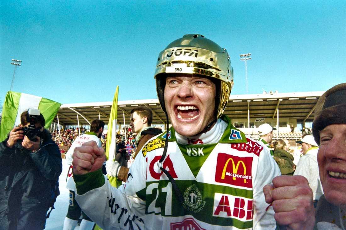 Ola Fredricson firar SM-guldet 1998.