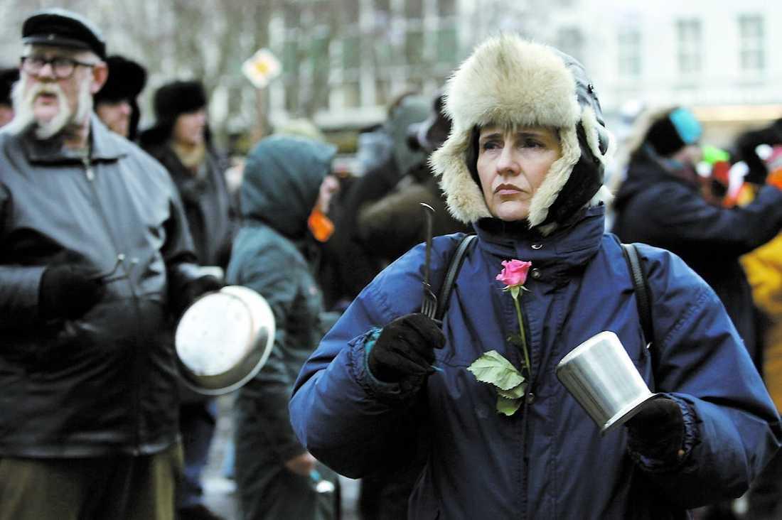 Isländska demonstranter slår på kastruller utanför parlamentet i Reykjavik i januari.