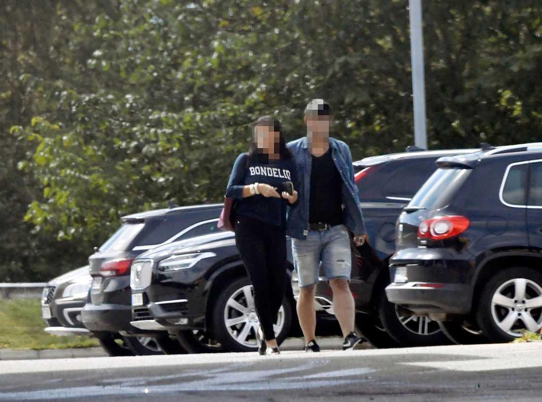 41-åriga kvinnan misstänks för mord på sin make och sin pappa och för mordförsök på sin egen mamma.