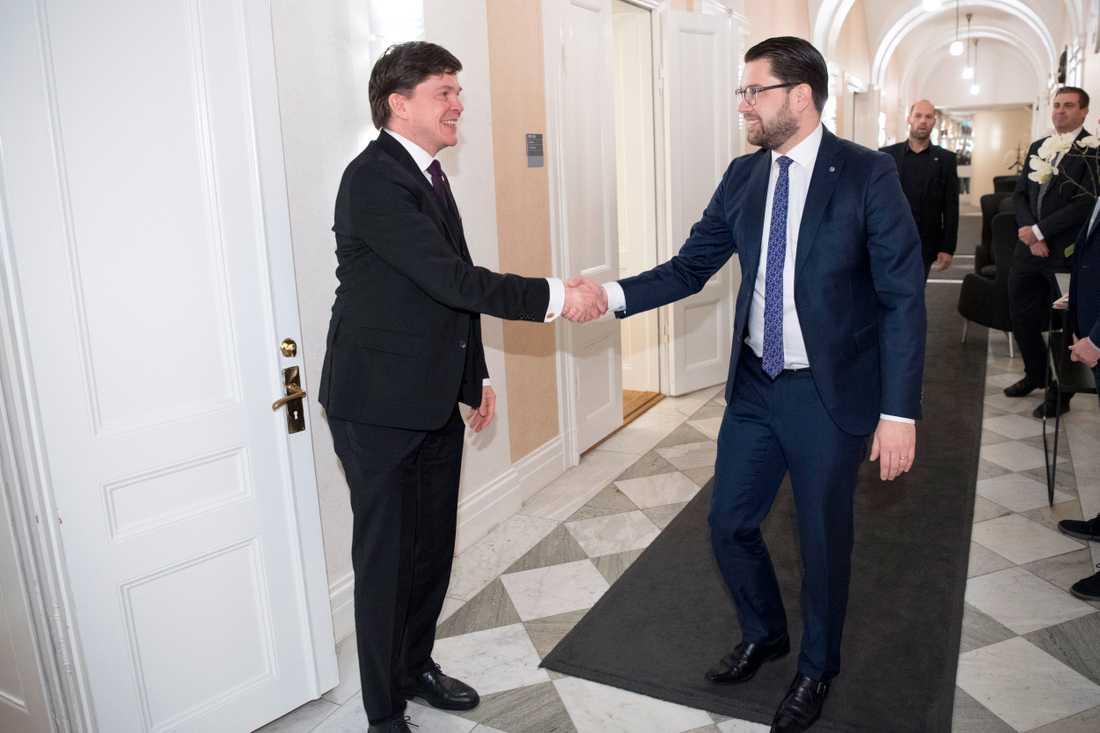 Talman Andreas Norlén tar emot Sverigedemokraternas partiledare Jimmie Åkesson.