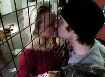 """PUSSAS - GENOM ETT GALLER Nu får Linda Rosing och Mikael Lindgren i """"Big Brother"""" bara hälsa på varandra genom en gallervägg. """"Det värsta som kunde hända var att jag fick lämna Micke"""", säger Linda."""
